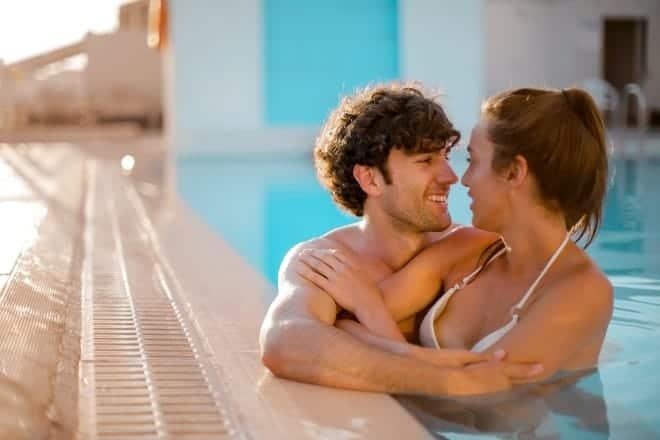 pareja romantica sumergida en la piscina - sensuales preguntas para hacerle a tu novio