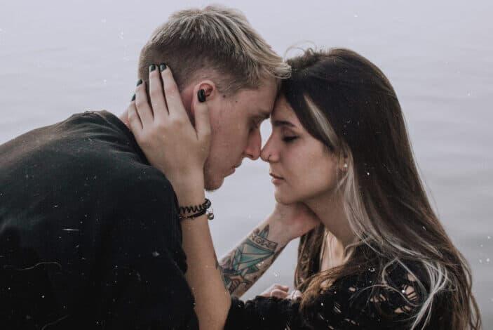 pareja romántica abrazándose unos a otros