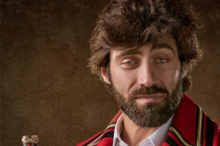 Hombre de ojos sombríos con el rostro cubierto de barba