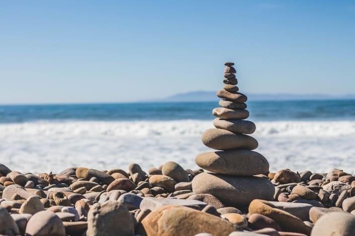 Equilibrio de piedras en una playa