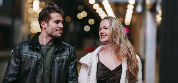 pareja caminando y sonriendo