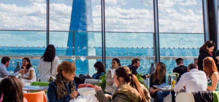 grupos de personas hablando en un café