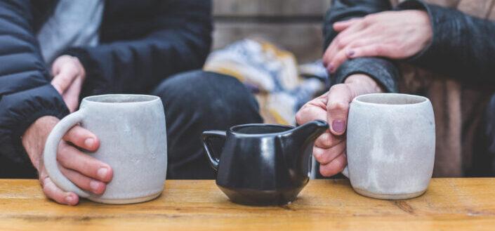Hombre y mujer, tener una conversación de té