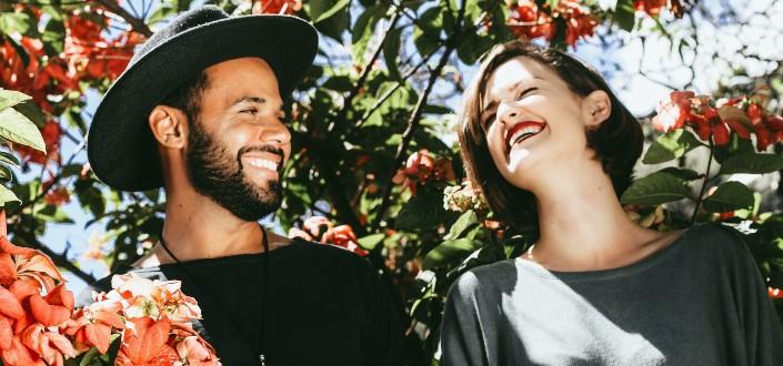 pareja sonriendo en un viñedo
