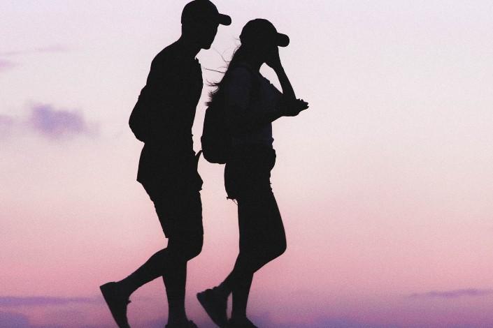 silueta de pareja caminando