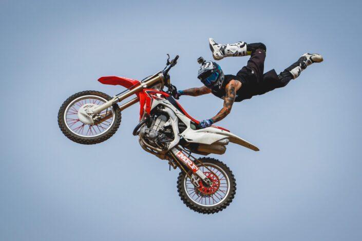 Daredevil montando su bicicleta en el aire