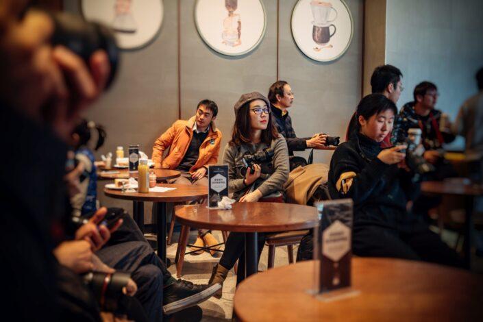 Personas sentadas solas en un café.