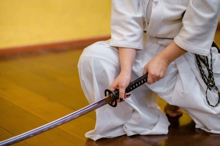 Ninja sosteniendo una espada samurai
