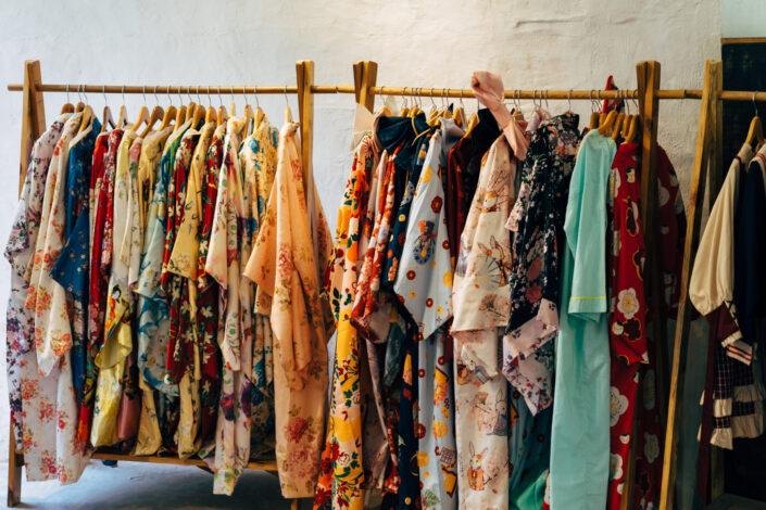 un perchero de ropa de dama