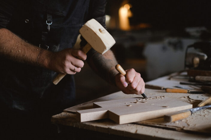hombre tallando madera