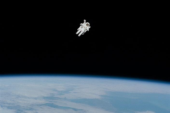 Astronauta viajando en el espacio.