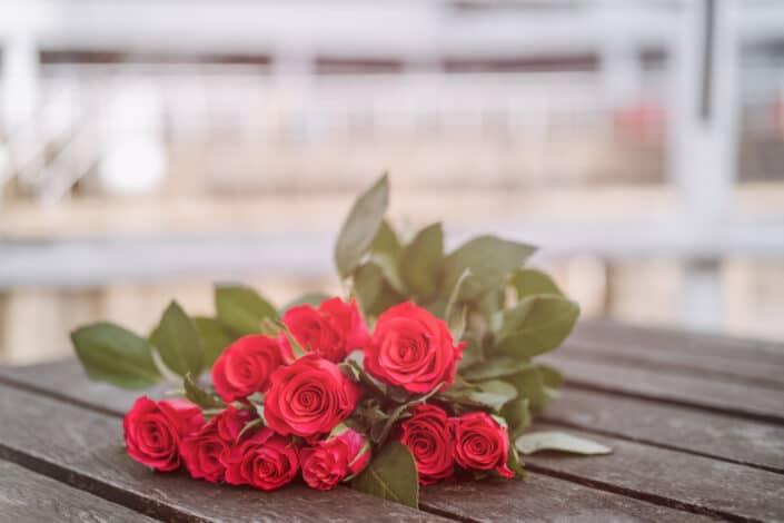 Rosas fragantes colocadas sobre una mesa de madera