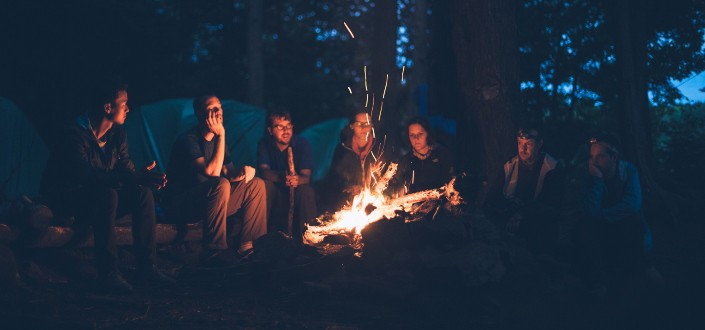 Grupo de amigos disfrutando de una hoguera