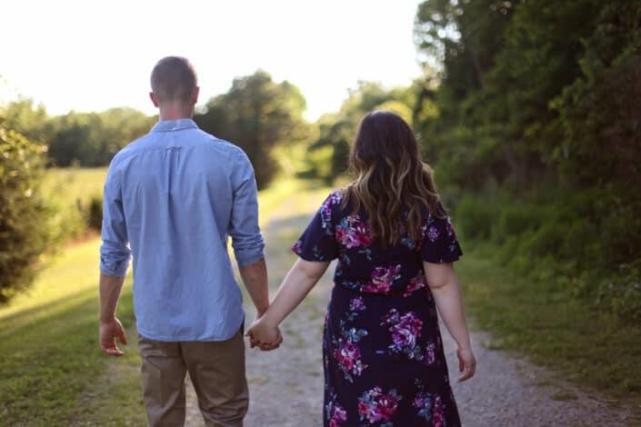 pareja tomados de la mano mientras camina