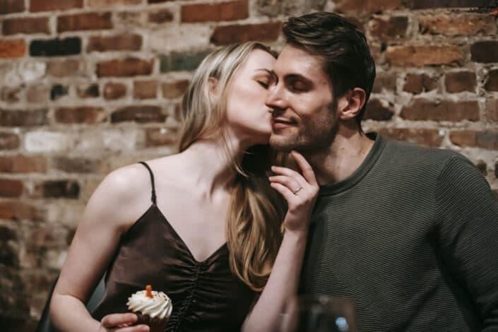 mujer besando a su hombre en las mejillas