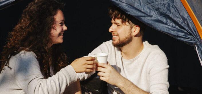 pareja alegre disfrutando de su café