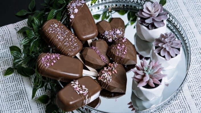helado de chocolate y barra en un plato