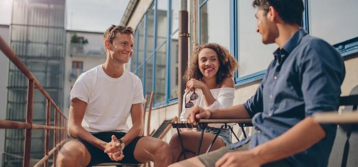 Tres amigas saliendo en un café en la azotea