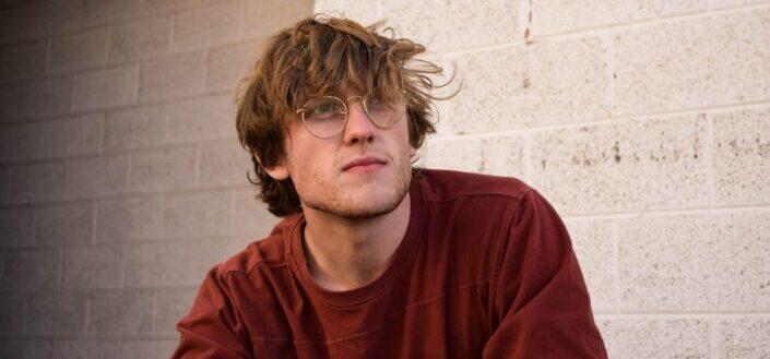 Hombre de camisa roja con gafas