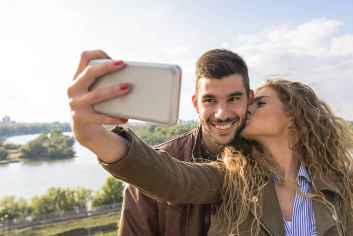 pareja tomando una foto