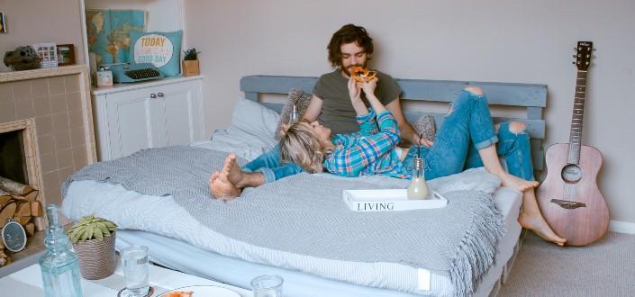 Par relajarse en su habitación con bocadillos