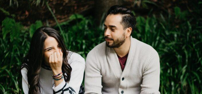 hombre mirando a su novia riendo tímidamente
