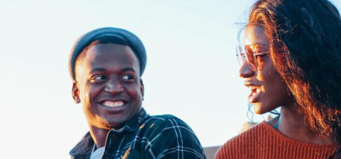 hombre y mujer hablando entre ellos bajo la luz dorada del sol
