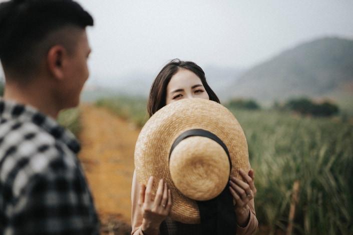 una chica tímida hablando con un chico