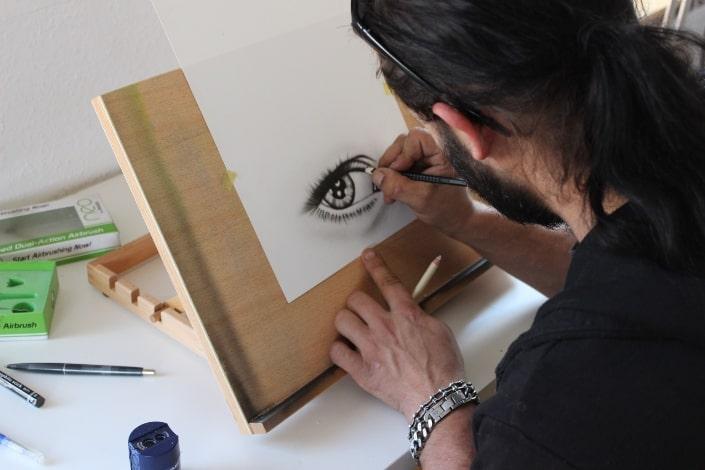 un hombre haciendo un arte de ojos realista