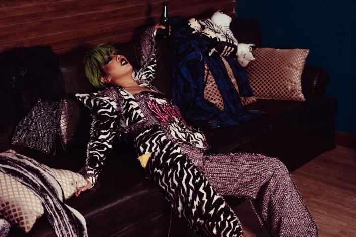 Transexual de moda descansando en el sofá con bebidas
