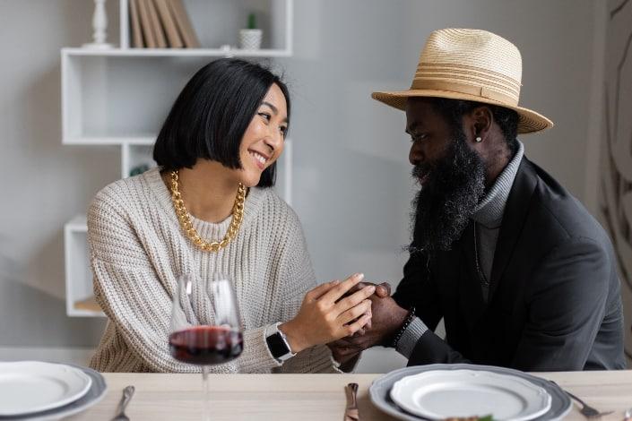 feliz pareja diversa cenando elegante
