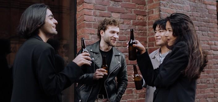 Cuatro amigas disfrutando de sus cervezas mientras alcanzan