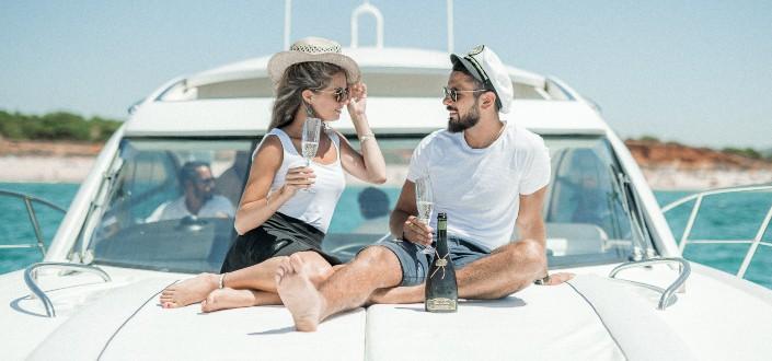 pareja en una cita en un yate bajo el día soleado