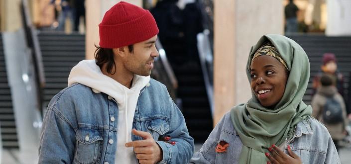 dos personas multiculturales hablando entre sí
