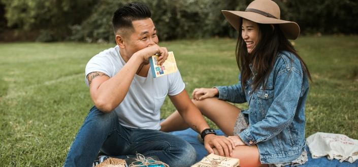 pareja disfrutando de un picnic en un jardín