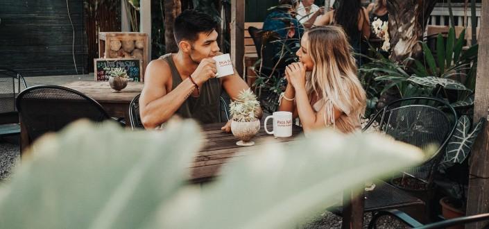 pareja que tiene conversaciones profundas mientras toma café