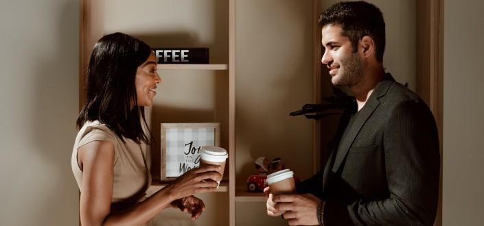 Dos jóvenes adultas hablando mientras café