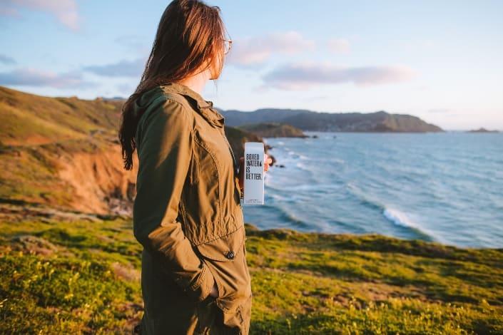mujer que tiene un momento de paz con la naturaleza