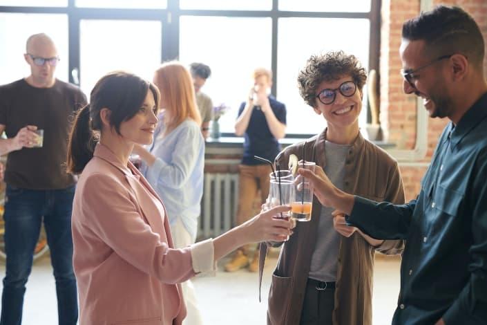 colegas tintineando sus bebidas alegremente