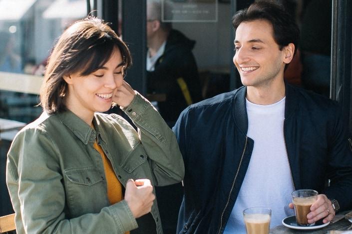 pareja que tiene momentos coquetos en el restaurante