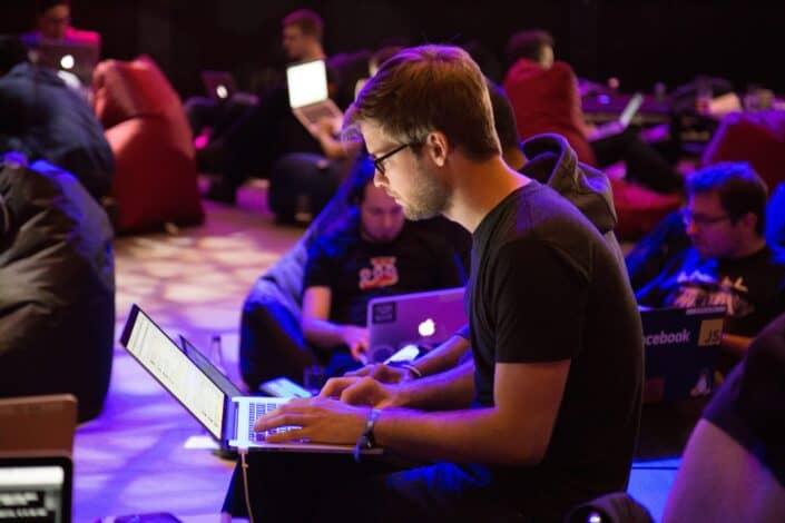 grupo de hombres ocupados con su laptop