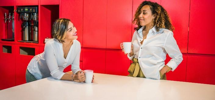 Dos joven mujer adulta disfrutando de conversaciones mientras toma un café