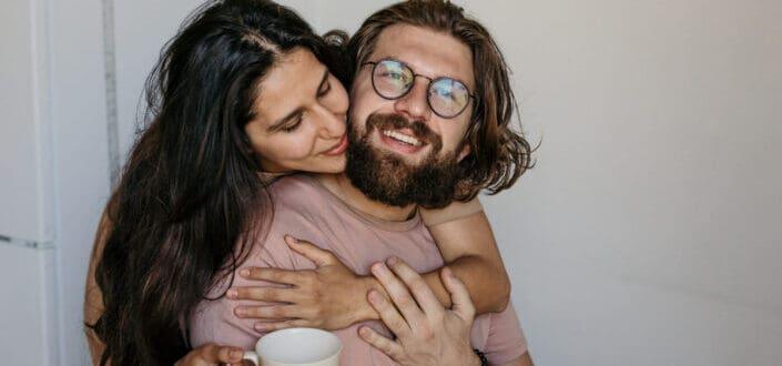mujer abrazando a su hombre