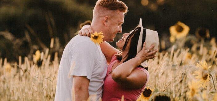 pareja mirándose en los campos de flores