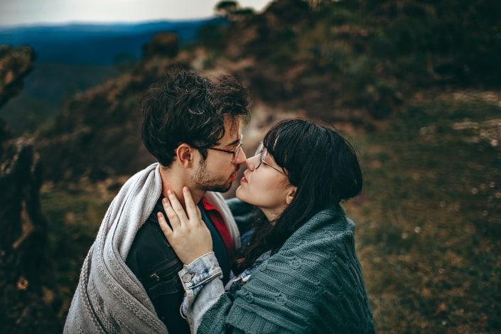 pareja besándose al aire libre besos al aire libre durante el día