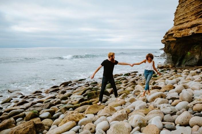 Sesión de parejas en una playa de San Diego, CA.