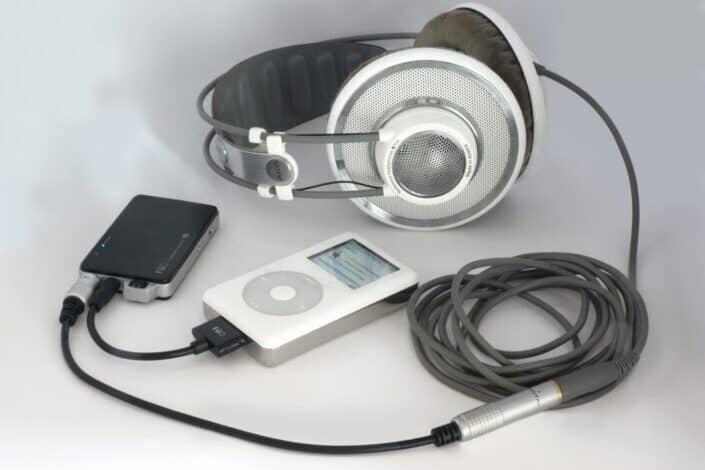 mp4 con auriculares plateados