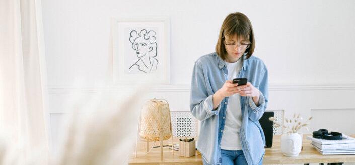 Mujer, en, ella, anteojos, utilizar, smartphone